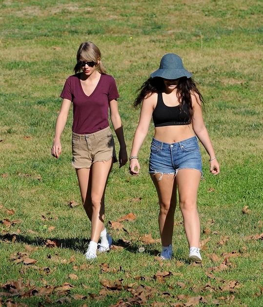 Lorde s Taylor Swift na úterní procházce po kalifornských kopcích...