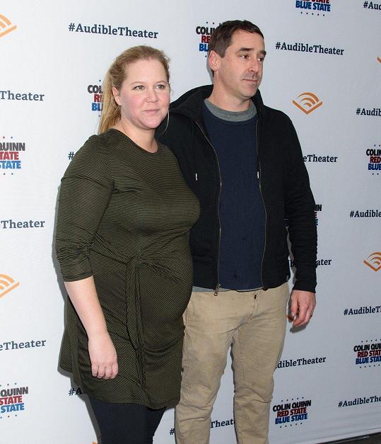 Amy Schumer s manželem Chrisem Fischerem, který má vývojovou poruchu.