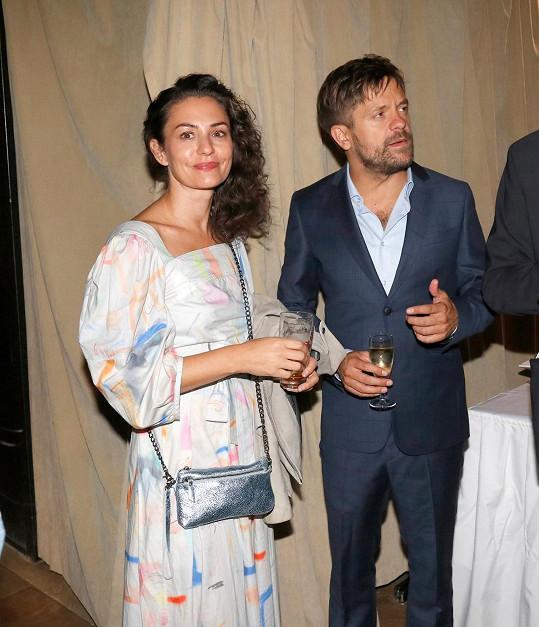 Jiří Mádl s novou přítelkyní Andrijanou Trpković po premiéře filmu.