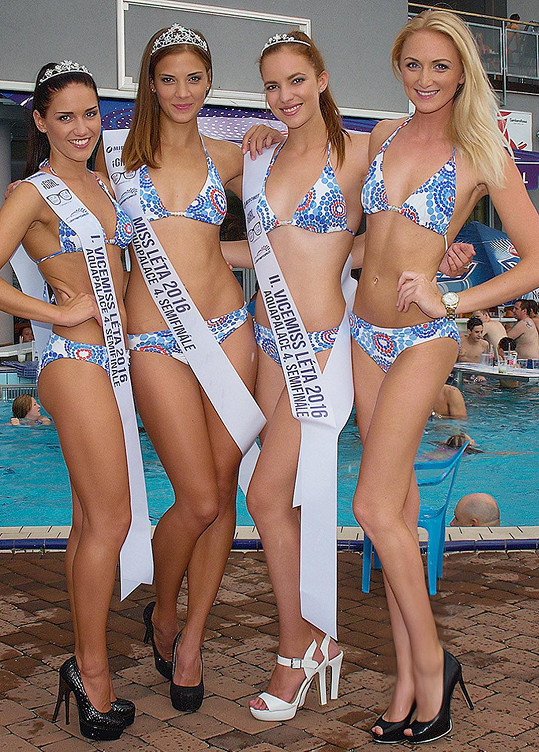 Pořadatelka Alexandra Belingerová (vpravo) s postupujícími dívkami