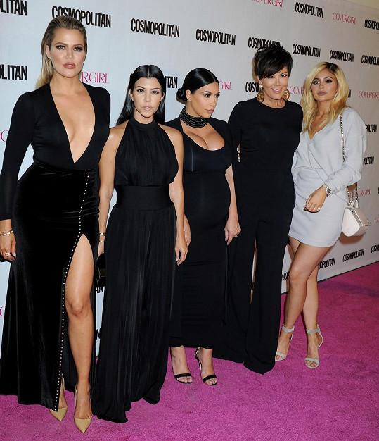 Kourtney (druhá zleva) na rozdíl od sester Khloé (vlevo) a Kim (uprostřed) váha nijak nekolísá a je stále štíhlá.