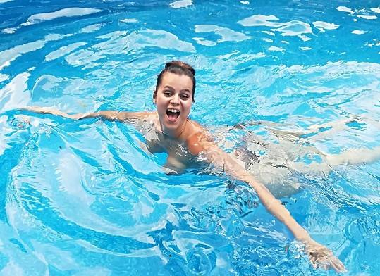 Ornella Koktová se koupala v bazénu a manžel Josef ji vyfotil.