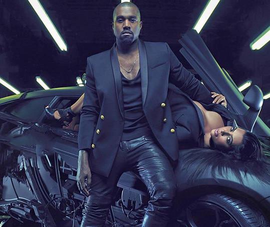 Kim zdatně sekundovala manželovi při focení pro Balmain.