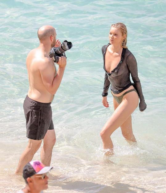 Fotograf modelce vysvětluje, jak by si představoval další záběr...