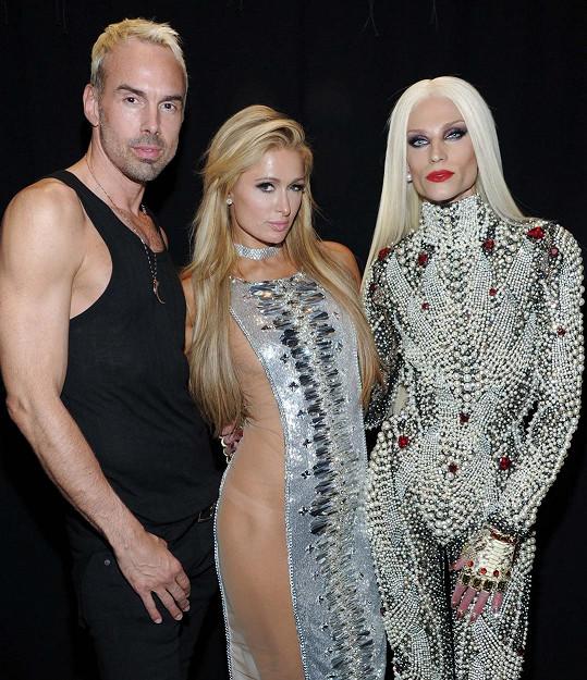Hilton s návrhářským duem The Blonds