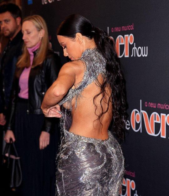 Kim měla potíže se šaty.
