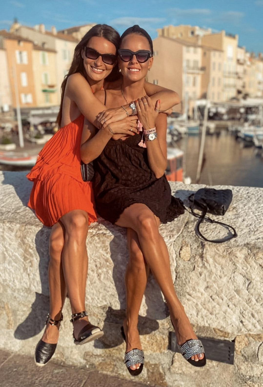 Nikol s kamarádkou Martinou v St. Tropez