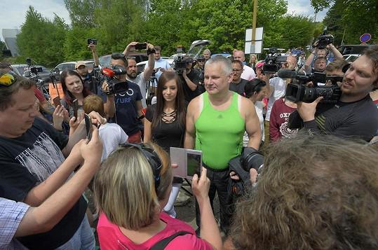 Jiří Kajínek po svém propuštění v dnes již slavném tričku.