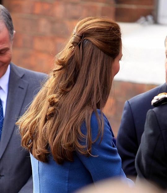 Kate měla krásný jednoduchý účes, který však upozornil na šediny.