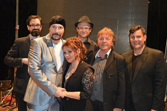 Bohuš a Magda na fotce s doprovodnou kapelou. Po republice jezdí s největšími muzikálovými hity.