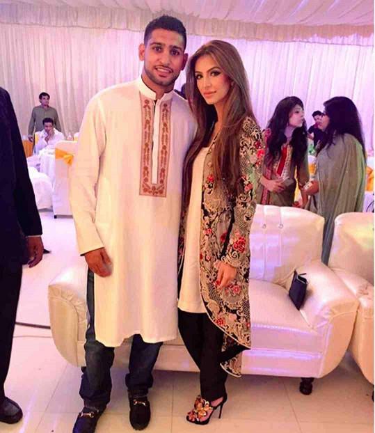 Amir s manželkou Faryal, které se utrácení také náramně daří...