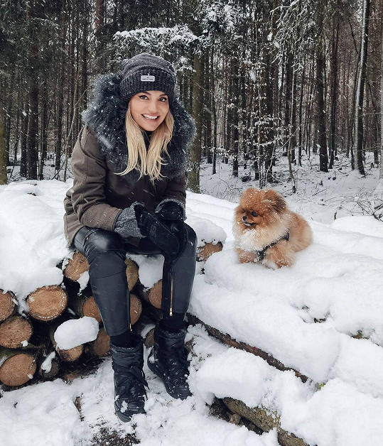 Českou zimu většinou tráví v exotice, kde má mnohem větší energii.