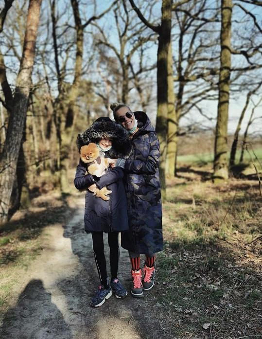 Dara s Laurou zakončily malou oslavu procházkou s pejskem.