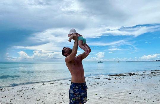 Rapper cestuje se svou dcerkou.