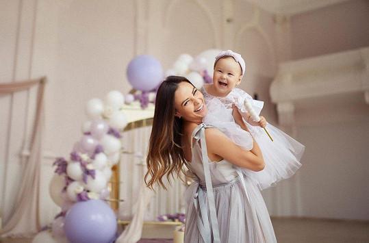 Dcera Moniky Bagárové má první narozeniny.
