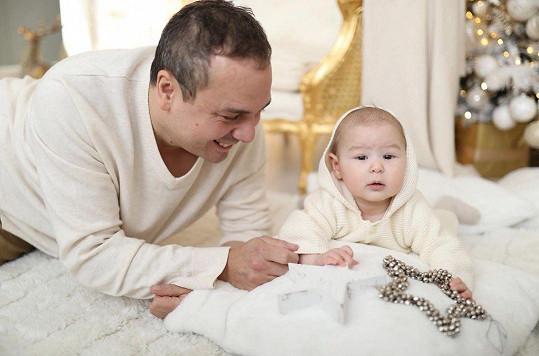 Rumia slaví narozeniny ve stejný den jako zpěvaččin otec Josef.