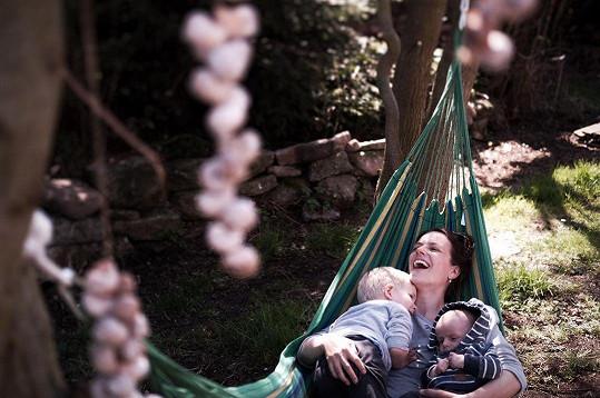 S manželem a syny se Andrea přemístila na venkov.