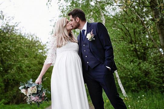 Za tatínka malého Tobiase se provdala měsíc před porodem.