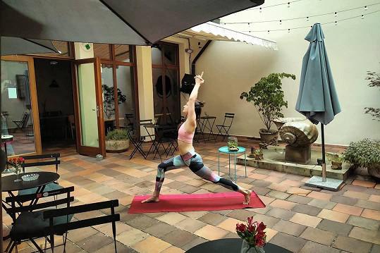 Daniela má blízko k pohybu a cvičí jógu.