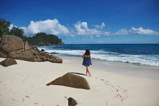 Ewa Farna si užívá dovolenou u moře. Doposud odtamtud zveřejňovala fotky zezadu, kde nebylo nic poznat.