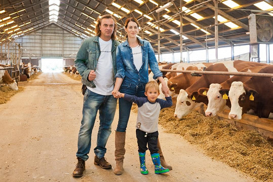Tomáš Matonoha a Lucie Křížková se práce v kravíně nebáli.