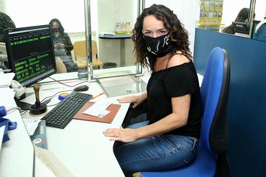 Kateřina Nováková pracuje jako poštovní úřednice.