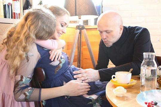 K dceři Zoe a synovi Hugovi brzy přibude další sourozenec, kterého porodí hudebnímu producentovi Maroši Kachútovi.