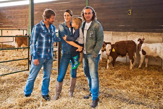 Lucie Křížková s rodinou a Tomáš Matonoha podporují české chovatele dojnic.