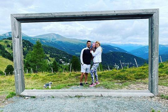 Tomáš Plekanec a Lucie Šafářová vyrazili i s dcerkou Leontýnkou do rakouských Alp.
