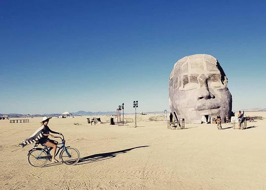 Modelka se svlékla během návštěvy festivalu v nevadské poušti.