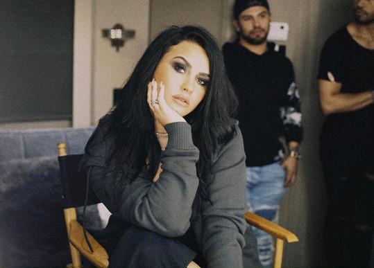 Demi konečně zase září štěstím.
