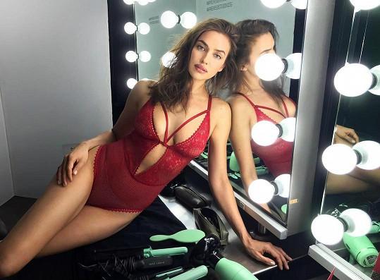 Irina ve spodním prádle vypadá božsky.