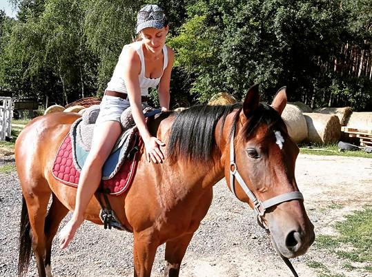 Relaxuje také v koňském sedle.