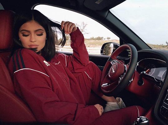 Kylie Jenner se vyfotila za volantem svého Bentley. Je asi jasné, že vínovou teplákovou soupravu na sobě nemá náhodou, že?