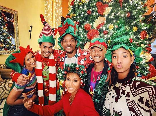 Will s Jadou, tchyní Adrienne a všemi svými dětmi u vánočního stromku