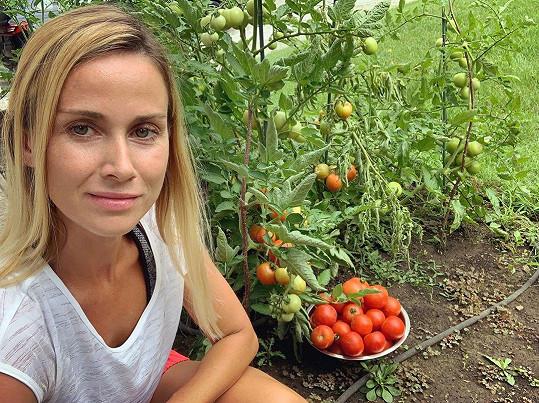 Takto se loni Dj Lucca radovala z úrody rajčat.
