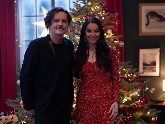 Bývalá porotkyně SuperStar v šatech ve vánočním duchu od Petry Pilařové.