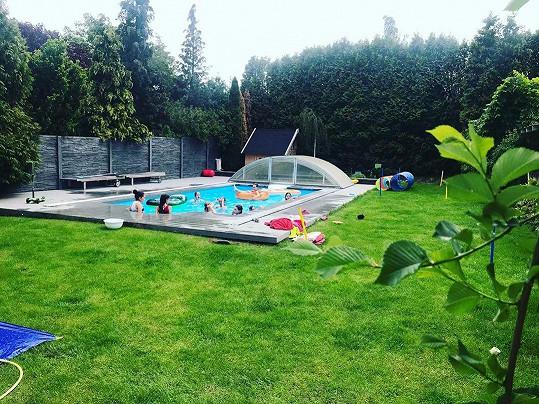 Letošní léto herečka bazén u domu jistě ocení.