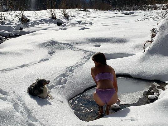 Helena Christensen se chodí otužovat za svůj dům v Catskill Mountains.