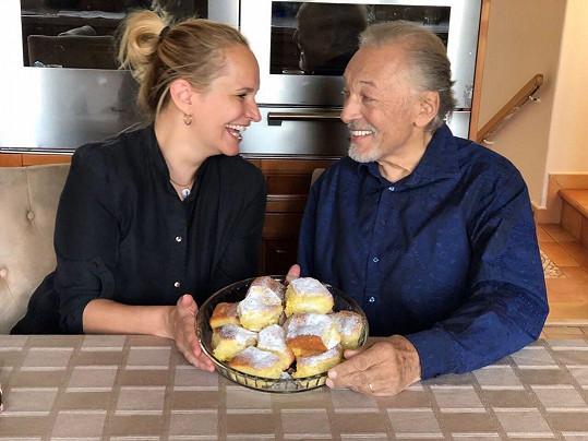 Monika se v minulosti pochlubila fotkou, kde Karla překvapila u něj doma s něčím dobrým na zub.