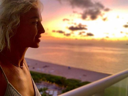 Dojatá při pohledu z balkonu svého bytu, kde prožila mnoho krásných let.