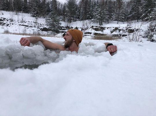 V ledové vodě už vydrží deset minut.