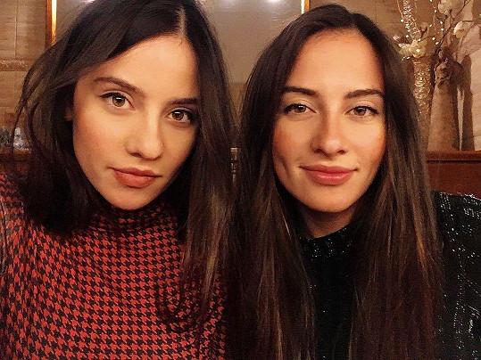 Bára je z jednovaječných dvojčat. Její sestra Lucie (vpravo) se také věnuje herectví.
