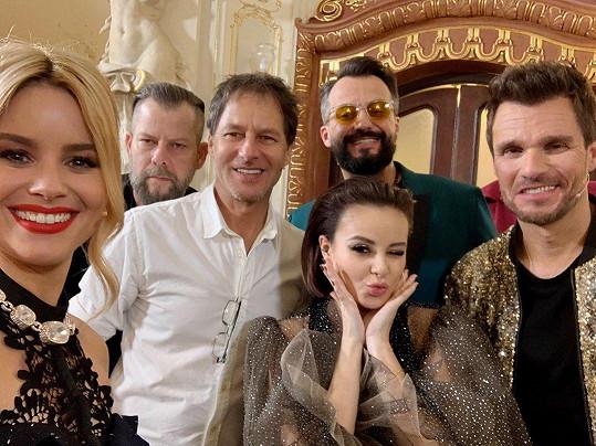 Leoš Mareš (vpravo) byl jedním z porotců letošní SuperStar. Na snímku zleva Patricie Pagáčová, režisér Pepe Majeský, Pavol Habera, Marián Čekovský a Monika Bagárová.