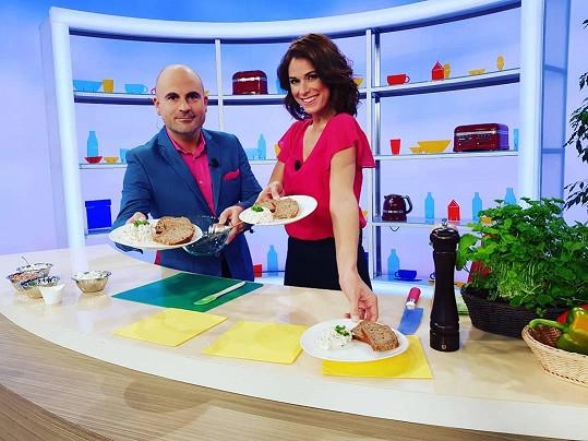 Před mateřskou moderovala Snídani s Novou s kolegou Alešem Lehkým.