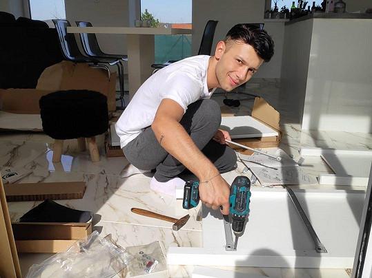 V době karantény nechtěl přijímat v domě zbytečně řemeslníky, a tak si nábytek montoval sám.