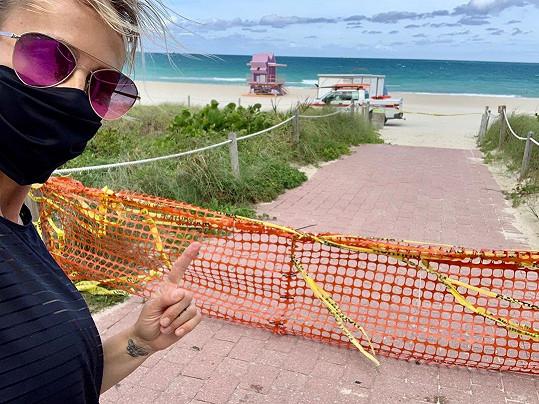 Na pláž stále nesmí.