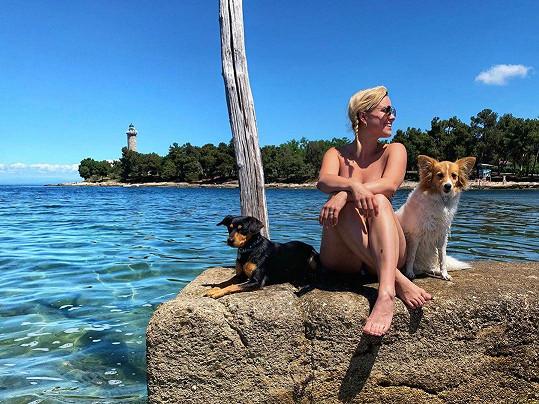 Poprvé s sebou k moři vzala i psí miláčky.