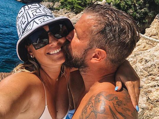 """S manželem Michalem Navarou jsou svoji čtyři roky. """"A naše romance pokračuje... Ještě intenzivněji, poté co jsme se stali rodiči,"""" napsala Dominika."""