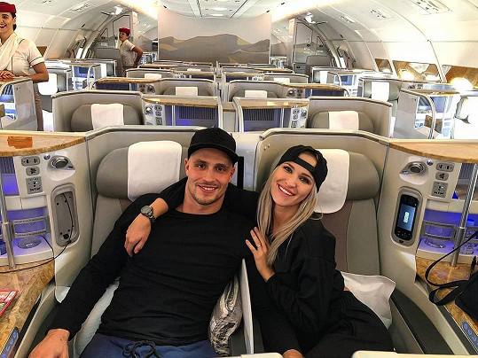 S přítelem Lukášem Kozákem letěli luxusní třídou.